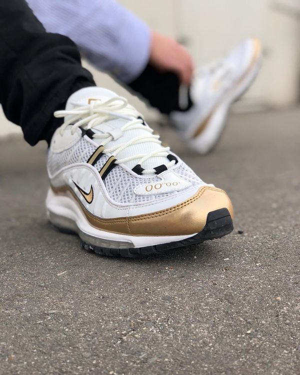 "Nike Air Max 98 Gold ""UK"" on foot"